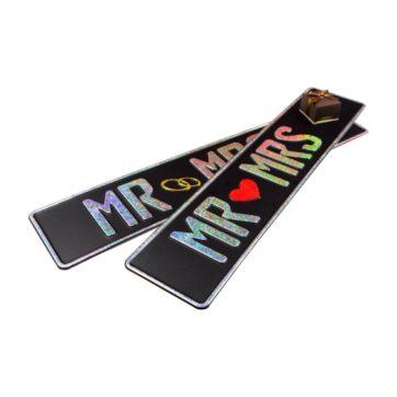 Tablice slubne, aluminiowe, tłoczone. Tablice w kolorze czarnym z wytłoczonym napisem Mr Mrs w kolorze białym refleksyjnym z czerwonym sercem na środku.