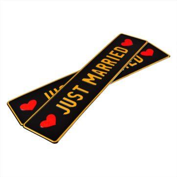 Tablice ślubne, aluminiowe, tłoczone. Tablice w kolorze czarnym z wytłoczonym złotym napisem Just Married i czerwonymi sercami po bokach