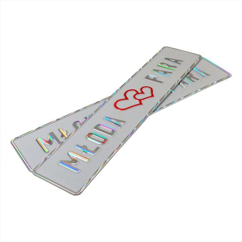 Tablice ślubne, aluminiowe, tłoczone. Tablice w kolorze białym z wytłoczonym białym reflekcyjnym napisem Młoda Para i czerwonymi sercami na środku tablicy.