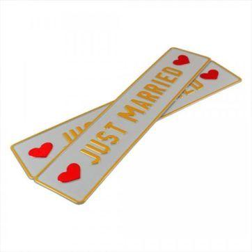 Tablice ślubne, aluminiowe, tłoczone. Tablice w kolorze białym ze złotym napisem Just Married, serca po bokach w czerwonym kolorze.