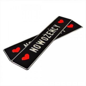 Tblice ślubne, aluminiowe, tłoczone. Tablice w kolorze czarnym z wytłoczonym srebrnym napisem Nowożeńcy. Kolor wytłoczonych serc bo bokach w kolorze czerwonym