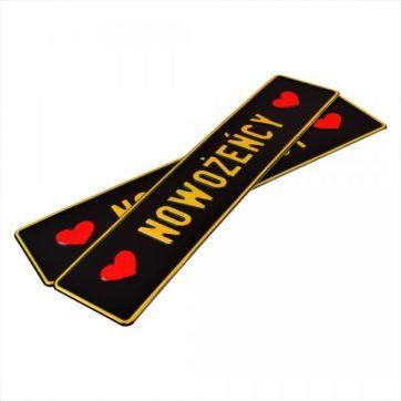 Tablice ślubne, aluminiowe, tłoczone. Tablice w kolorze czarnym ze złotym napisem Nowożeńcy. Serca bobokach wytłoczone w kolorze czerwonym.