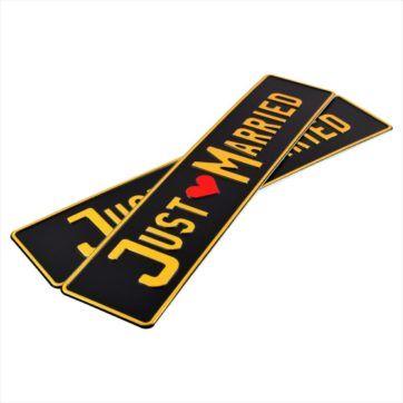 Tablice ślubne, aluminiowe, tłoczon. Tablice czarne z wytłoczoym złotym napisem Just Married oraz czerwonym sercem